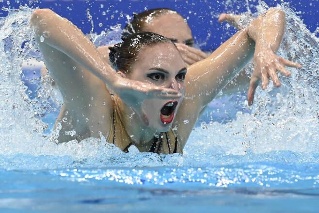 러시아의 Svetlana Romashina (앞쪽)와  Svetlana Kolesnichenko가 11일(현지시간) 열린 유럽 수영 선수권(헝가리 부다페스트) 아티스틱 스위밍에서 연기를 펼치고 있다. EPA|연합뉴스
