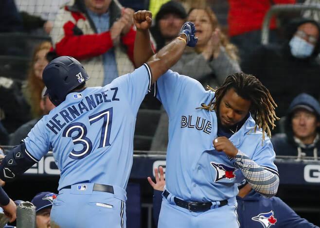 토론토 블루제이스 테오스카 에르난데스가 13일(한국시각) 애틀랜타 브레이브스전에서 9회초 쐐기 홈런을 터뜨린 뒤 블라디비르 게레로 주니어와 기쁨을 표현하고 있다. AFP연합뉴스