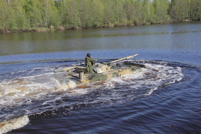 워터제트를 장착한 BMP-3 장갑차는 강이나 바다에서 최대 시속 10km로 주행이 가능하다. 사진=쿠르간 기계제작소