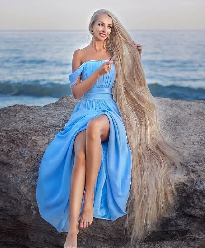 알레나는 한 번 머리를 감을 때 30여분이 걸린다고 밝혔다. (데일리메일 갈무리) © 뉴스1