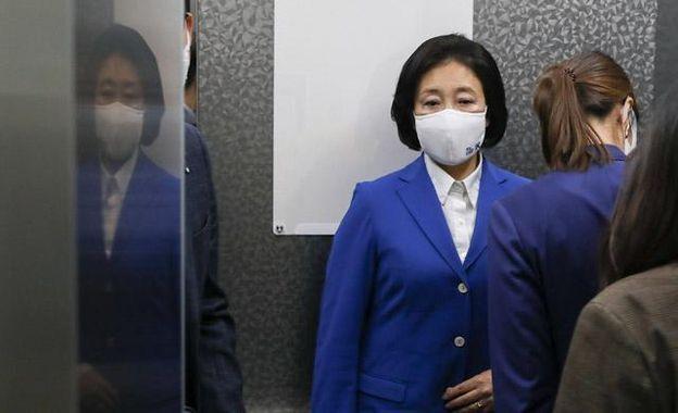 방송 3사 출구조사에서 참패한 것으로 예측된 더불어민주당 박영선 서울시장 후보가 지난 7일 밤 서울 여의도 더불어민주당 당사에 들어서고 있다.