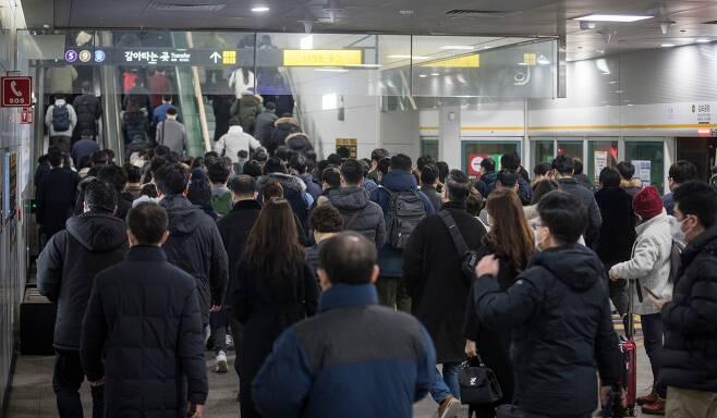지난 1월 22일 오전 김포골드라인 김포공항역에서 출근길 인파가 쏟아져 나오고 있다. 김포 지역에는 만 6000여 세대의 아파트 입주가 예정돼 있어 혼잡은 앞으로 더 심해질 것으로 보인다. /김지호 기자
