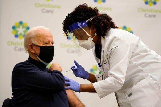 조 바이든 미국 대통령이 당선인 시절인 2020년 12월 21일(현지시간) 델라웨어주 뉴어크에 있는 크리스티애나 병원에서 화이자의 코로나19 백신을 공개 접종하고 있다. ⓒAP/뉴시스
