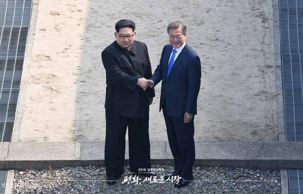 2018년 4월 27일 오전 문재인 대통령과 김정은 국무위원장이 판문점 군사분계선에서 악수를 하고 있다. 2007년 10월 이후 11년 만에 이뤄진 남북정상회담에서 사상 처음 북한 최고지도자가 남측 땅을 밟았고 남북 정상은 손잡고 군사분계선을 넘나들었다.