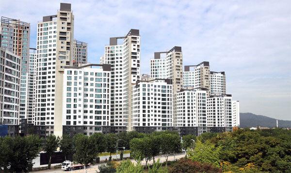 경기도 아파트 가운데 처음으로 전용면적 84㎡ 실거래가가 20억원을 기록한 과천 중앙동 과천 푸르지오 써밋 전경. [매경DB]