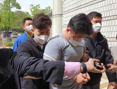 도로에서 택시기사를 폭행해 다치게 한 혐의를 받는 20대 남성 A씨가 지난 7일 구속 전 피의자심문(영장실질심사)을 받기 위해 서울 서초구 서울중앙지법으로 들어서고 있다. [연합]