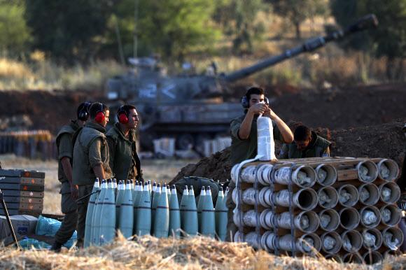 이스라엘 지상군 병사가 13일(현지시간) 가자지구 접경지역에서 포탄을 점검하고 있다. 2021.5.13. AP 연합뉴스