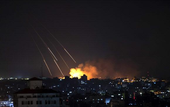 이스라엘군이 13일(현지시간) 가자지구를 폭격하고 있다. 2021.5.13 AP 연합뉴스