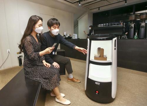 D타워 광화문서 커피 배달 서비스 시연하는 배달로봇, DL그룹 제공