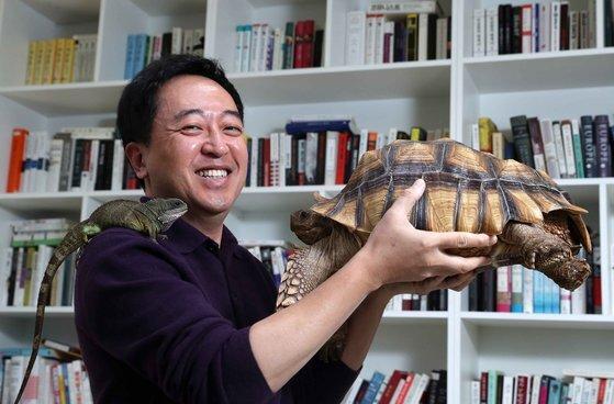 금태섭 전 더불어민주당 전 의원의 반려자, 거북이 구돌이와 도마뱀 쫀 트라볼타(어깨 위). 김상선 기자