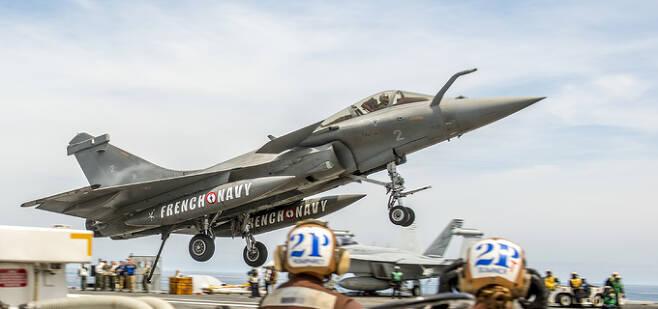 프랑스 해군 항공대 소속 라팔 M 전투기가 미 해군 핵항모 조지 부시호 갑판에 착륙하고 있다. 미 해군 제공