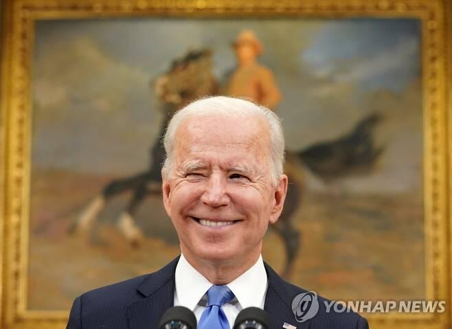 콜로니얼 해킹에 관한 기자의 질문에 웃고 있는 조 바이든 미국 대통령 [로이터=연합뉴스]