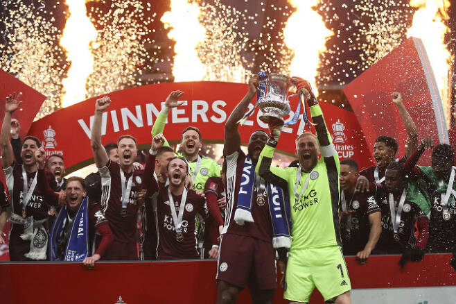 구단 창닺 137년 만에 처음으로 FA컵 우승을 차지한 레스터시티 선수들이 우승 트로피를 들어올리며 기뻐하고 있다. 사진=AP PHOTO