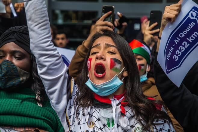 프랑스 파리에서 열린 팔레스타인 지지 집회 참석자들이 구호를 외치고 있다. EPA=연합뉴스