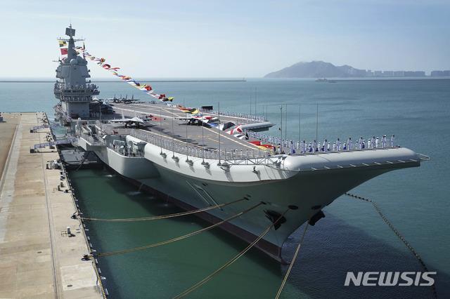 [싼야=신화·AP/뉴시스] 중국 첫 국산 항공모함 산둥이 이끄는 항모전단이 남중국해에서 훈련을 실시했다고 중국 해군이 2일 발표했다. 사진은 산둥함이 2020년 5월29일 모항인 하이난성 싼야기자에 정박해 있는 모습. 2021.05.02