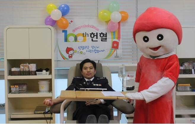 헌혈 100회 달성했을 당시 촬영한 사진 [안상현 씨 제공]