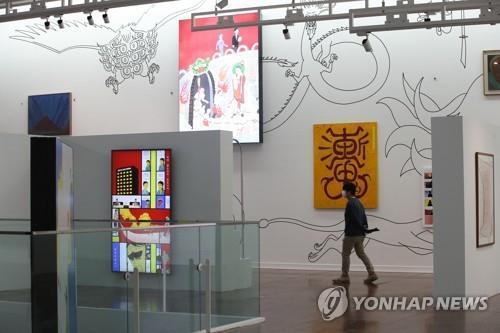 (서울=연합뉴스) 강민지 기자 = 17일 오전 중구 서울시립미술관 서소문본관에서 주재환과 주호민 부자의 2인전 '호민과 재환' 간담회가 열리고 있다.  전시는 한국 현대사의 주요 이슈들을 조망해 온 미술작가 주재환과 한국 신화 기반 삶과 죽음의 경계를 해석한 웹툰으로 알려진 주호민 부자의 2인전.    2021.5.17