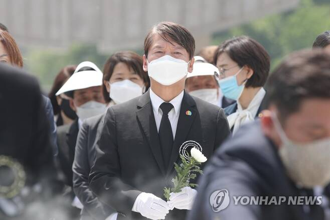 지난해 5월 17일 광주 북구 국립 5·18민주묘지에서 열린 추모식에 참석한 국민의당 안철수 대표[연합뉴스 자료사진]