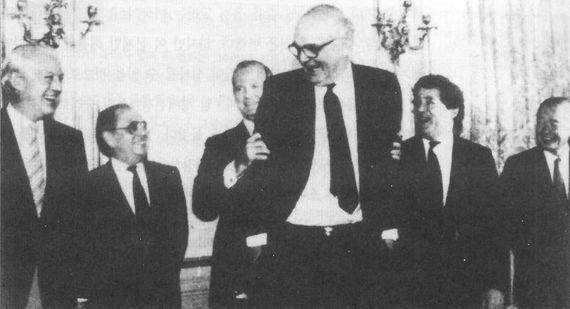 출처: 1985년 플라자합의를 마치고 카메라 앞에 선 G5 재무장관들. 왼쪽부터 서독의 게르하르트 슈톨텐베르크, 프랑스의 피에르 베레고부아, 미국의 제임스 베이커, 자크 드 라로지에르 IMF 총재, 영국의 나이절 로슨, 일본의 다케시타 노보루.