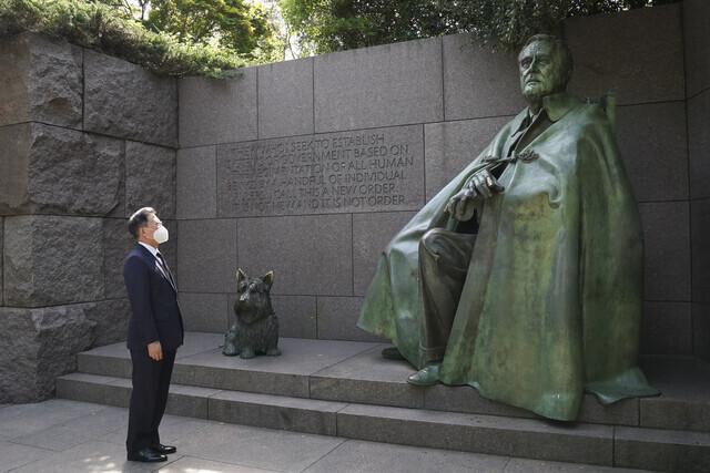 미국을 공식 방문 중인 문재인 대통령이 20일 오전(현지시간) 루스벨트 대통령 기념관을 방문해 루스벨트 대통령 동상을 살펴보고 있다. 연합뉴스