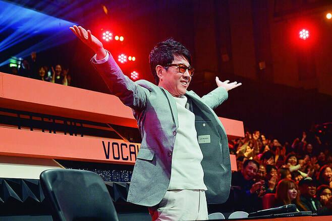 조용필이 2018년 4월21일 방송된 2TV'불후의 명곡'에 출연해 인사를 하고 있다. 한국방송 제공