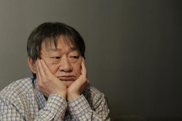 김민기가 2015년 3월24일 서울 대학로 학전 소극장 인근 한 카페에서 인터뷰를 하고 있다. <한겨레> 자료사진