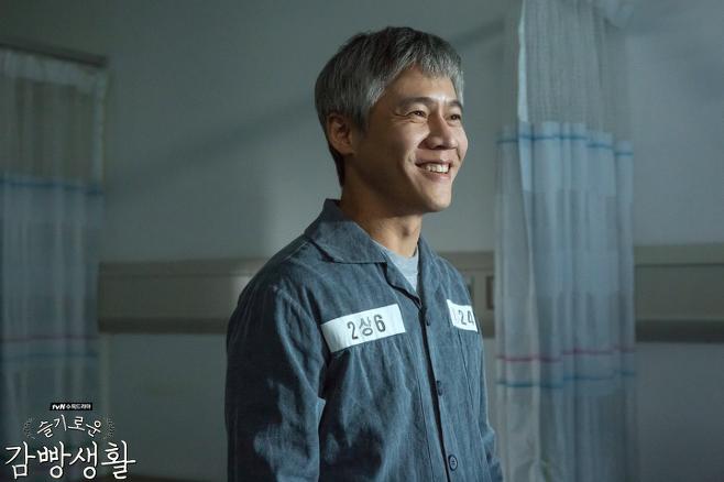 출처: 박호산이 문래동 카이스트로 열연한 드라마 <슬기로운 감빵생활>   tvN