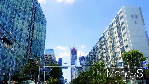 출처: 여의도의 한 주상복합아파트(왼쪽)와 노후 아파트 사이로 보이는 파크원 공사현장. /사진=김창성 기자