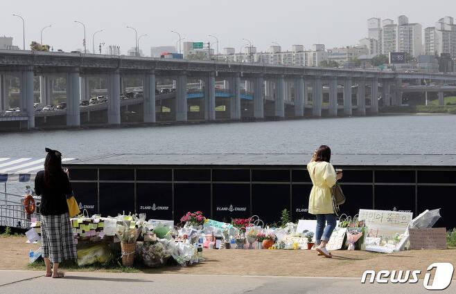 24일 오후 서울 서초구 반포한강공원 수상택시 승강장 인근에 마련된 故 손정민군 추모공간에서 시민들이 추모하고 있다. 2021.5.24/뉴스1 © News1 박세연 기자