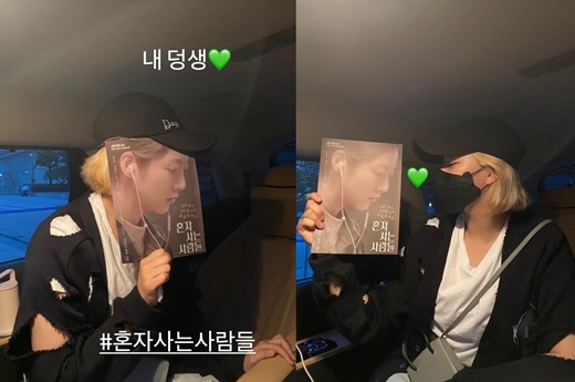 My brother...infinite affectionOn the 25th, Gong Seung-yeon posted two photos on his Instagram story with an article entitled My Deaf.In the photo, JEONGYEON showed a poster and exquisitely matched his face.Gong Seung-yeon was well received for his first feature film with the movie People Who Live Alone released on the 19th.He won the actor award in the 22nd Jeonju International Film Festival Korea Competition.On the 24th, JEONGYEON cheered on TWICEs official Instagram, saying, I felt you today. .. Im a must.So, Gong Seung-yeon expresses his gratitude and gives the warmth of his sister.copyright holder c
