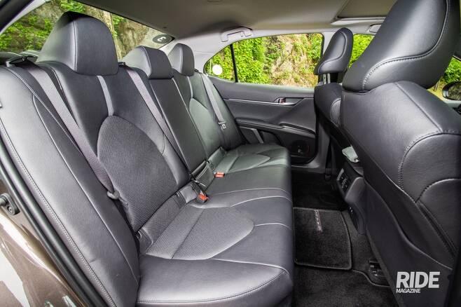 뒷좌석은 공간도 적당하고 송풍구와 USB 충전포트 등의 편의장비도 갖춰져 있다.
