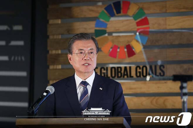 문재인 대통령이 23일 오후(현지시간) 뉴욕 허드슨 야드에서 열린 P4G(녹색성장 및 글로벌목표 2030을 위한 연대) 정상회의 준비행사에서 기조연설을 하고 있다. (청와대 페이스북) 2019.9.24/뉴스1