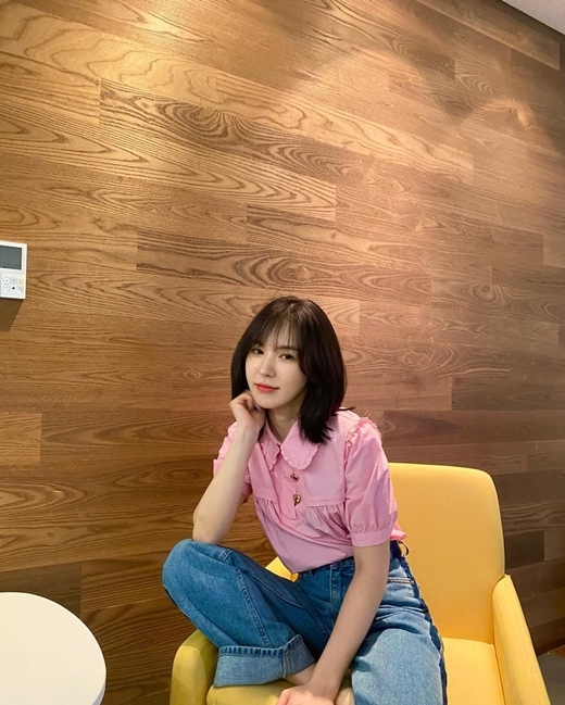 Group Red Velvet member Wendy flaunted her unwavering Beautiful looksOn the 26th, Wendy posted a number of photos on his personal Instagram with an article entitled I like my feet.In the photo, he is sitting comfortably in a chair wearing a pink blouse and jeans.Wendy leans back slightly with her arms, staring at the camera with her eyes, her eyes small and charismatic.In the ensuing picture, she smiles wide and makes us guess the happy situation: Wendy, who has her hands on her bare feet and completes the relaxed atmosphere.The netizens who saw this responded such as I like Wendy, It is so beautiful and Please upload pictures frequently.copyright holder c