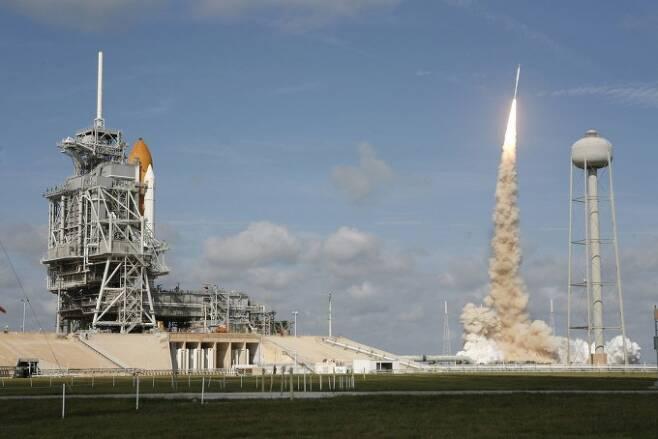 2009년 미국항공우주국(NASA)이 개발 중이던 아레스I 로켓(오른쪽)의 시험 발사에 나선 장면. 당시 진동이 너무 심해 이를 상쇄하기 위한 장비가 개발됐고, 이 기술이 최근 부유식 해상풍력발전기에 활용됐다. NASA 제공