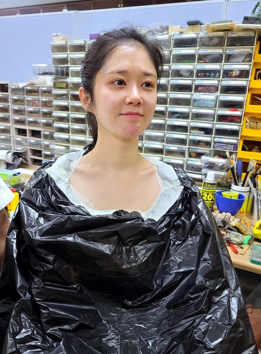 Actor Jang Na-ra released a photo during make-up.On the 5th, Jang Na-ra attracted attention by revealing photos of KBS drama big-box real estate make up through his Instagram.Jang Na-ra said, Lets be egg eggs ~ and Preparing for egg ear transformation.In the open photo, Jang Na-ra sat with Vinyl wrapped around her naked face and prepared to make up with egg ears.Jang Na-ras make-up egg ears stimulated curiosity about what it would look like.On the other hand, Jang Na-ra is playing the role of exorcism Hong Jia in KBS drama big-box real estate, and big-box real estate is about to be held twice until the end.[Photo: Jang Na-ra Instagram ]Copyright c Koreas Best Sports Entertainment Professional Media (www. osen.co. kr)