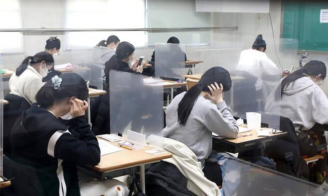 대학수학능력시험일인 지난 2020년 12월 3일 대전시 한 학교에서 수험생들이 시험을 준비하고 있다. 연합뉴스