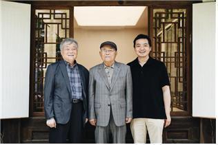 왼쪽부터 이형근 유기장, 유기장 명예보유자 이봉주, 전승자 이지호씨. 한국문화재재단 제공