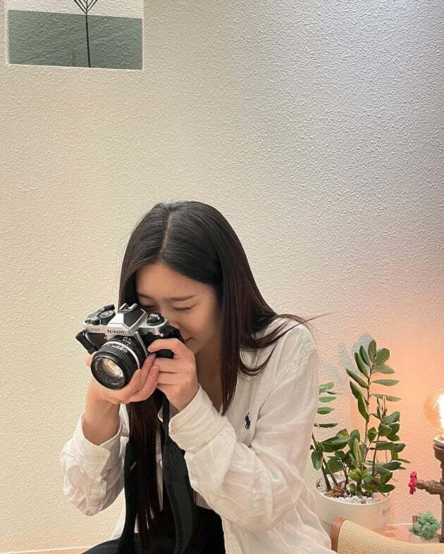 Kim Min-joo, a member of the group IZ*ONE, has opened a personal Instagram account.Kim Min-joo posted several photos on his Instagram on Friday, along with an article entitled I missed you.Kim Min-joo in black and white fashion is wearing long hair and shows off her innocence, a classic camera looking around as if it were a novelty.In another photo, Kim Min-joo is drinking coffee, his small face and big eyes catching his eye.Kim Min-joo collected more than 270,000 followers in 14 hours of Instagram opening.Kim Min-joo made his debut as a member of the group IZ*ONE through the 2018 Mnet audition program Produce 48; IZ*ONE disbanded on April 29.Kim Min-joo is currently working as an MBC Show! Music Center MC.a fairy tale that children and adults hear togetherstar behind photoℑat the same time as the latest issue
