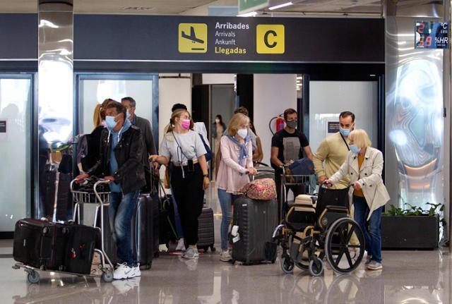 스페인이 7일부터 세계보건기구(WHO)나 유럽의약품청이 승인한 코로나19 백신 접종자를 대상으로 외국인 관광객들에게 국경을 개방한 가운데 관광객들이 팔마 데 마요르카 공항에 도착하고 있다. 팔마 데 마요르카=AFP 연합뉴스