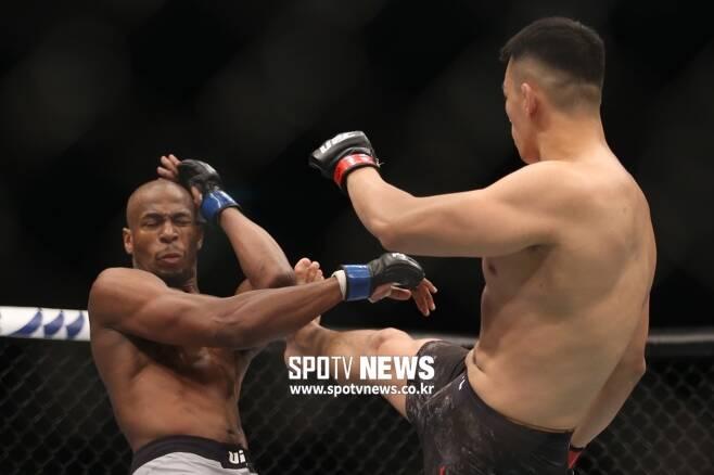 ▲ 마이크 로드리게스는 2019년 12월 UFC 부산 대회에서 정다운의 타격에 밀려 KO패 했다.