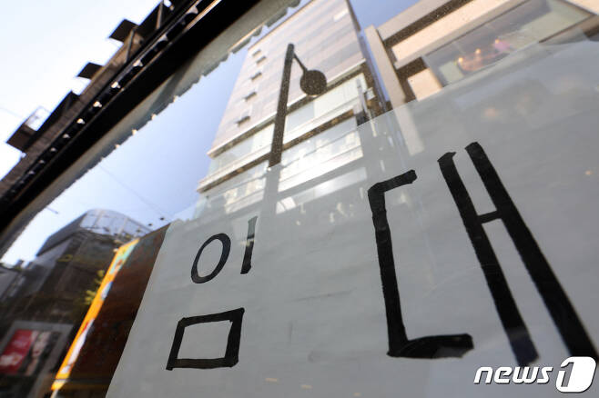 서울 중구 명동 건물에 임대 현수막이 붙어 있다. 2020.9.27/뉴스1 © News1 이광호 기자