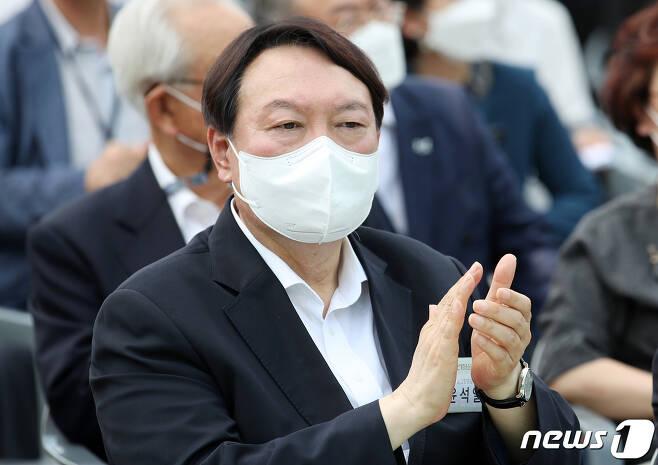 윤석열 전 검찰총장이 9일 서울 중구 남산예장공원 개장식에서 박수를 치고 있다. 2021.6.9/뉴스1 © News1 이동해 기자