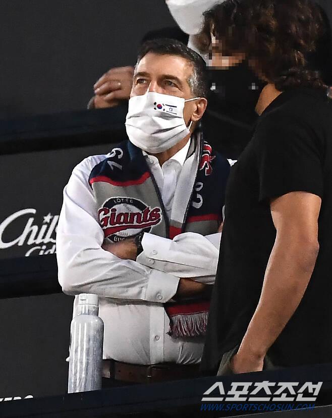 아키바 토르(Akiva Tor) 주한이스라엘 대사의 열정은 뜨거웠다. 그는 롯데 경기 내내 좀처럼 자리에 앉지 못하고 연신 일어선 채 경기를 지켜봤다. 부산=박재만 기자 pjm@sportschosun.com/2021.06.09/