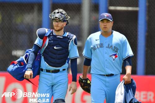 이번 시즌 모든 경기를 대니 잰슨과 함께했던 류현진은 이번에는 신인 포수와 함께한다. 사진=ⓒAFPBBNews = News1