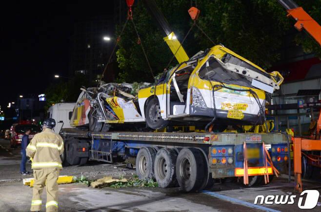 10일 오전 12시30분쯤 광주 동구 학동 재개발지역 건물 붕괴 사고 현장에서 붕괴된 건물에 매몰됐던 45인승 시내버스가 대형 트레일러에 인양되고 있다.  /사진=뉴스1
