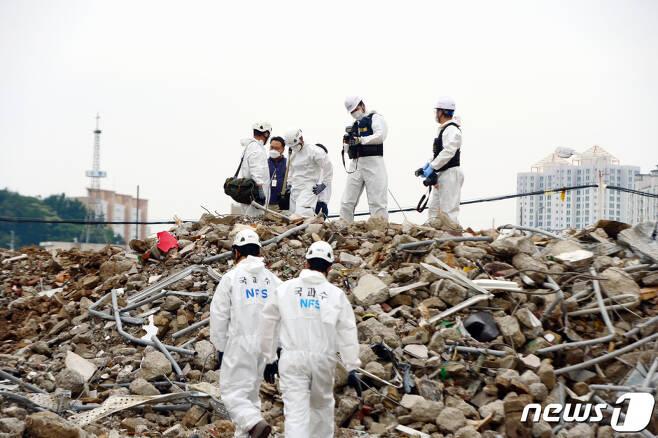 (광주=뉴스1) 정다움 기자 = 10일 오후 광주 동구 학동 재개발지역 건물 붕괴 현장에서 국과수 관계자들이 합동감식을 진행하고 있다.   전날 철거 중이던 5층 건물이 붕괴되면서 주행 중이던 시내버스가 매몰, 9명이 사망하고 8명이 부상을 입었다. 2021.6.10/뉴스1