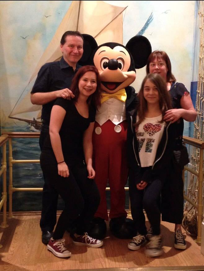 아내, 두 딸과 함께 다란한 한 때. 미키 마우스 캐릭터와 사진 촬영을 했다. [본인 제공]