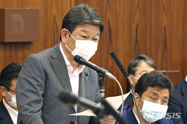 [도쿄=AP/뉴시스]모테기 도시미쓰 일본 외무상이 지난달 25일 일본 도쿄에서 열린 참의원 외교방위위원회에 출석해 미국의 일본 여행 자제 권고와 관련해 의원들의 질문에 답하고 있다.2021.05.25.