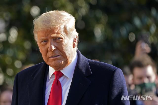 [워싱턴=AP/뉴시스]도널드 트럼프 전 미국 대통령이 지난 1월12일 백악관 사우스론에서 마린원 탑승을 위해 걸어가는 모습. 2021.05.12.