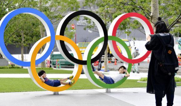 2020 도쿄올림픽 신국립경기장 인근 오륜 조형물. 연합뉴스